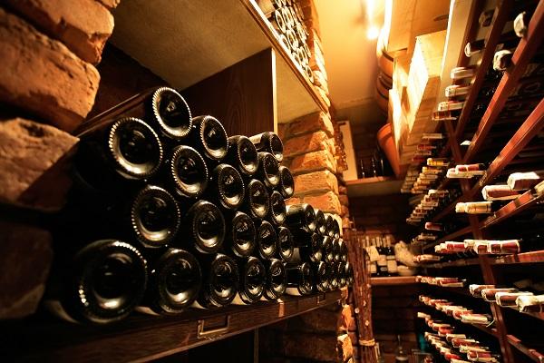 разливает вино по бокалам